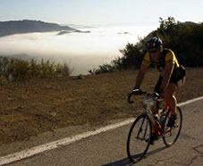 Cykling i gryningen ovanför molnen.